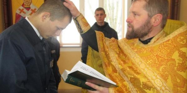 Фотоотчет: В Кременчугской колонии покрестили воспитанника