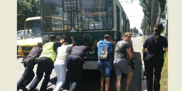 В Кременчуге посреди дороги «заглох» троллейбус