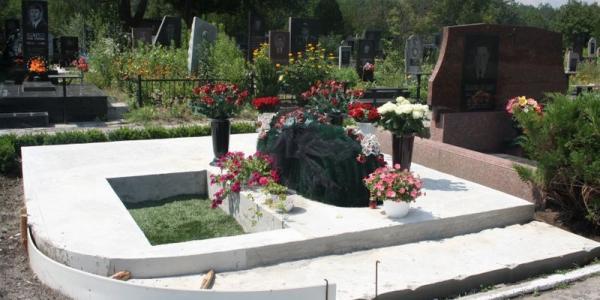 На Новореевском кладбище начаты работы по установке памятника Бабаеву