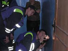 Спасатели вскрыли двери в квартире, в которой находился труп
