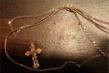 На ул. 1905 года с женщины сорвали золотые украшения