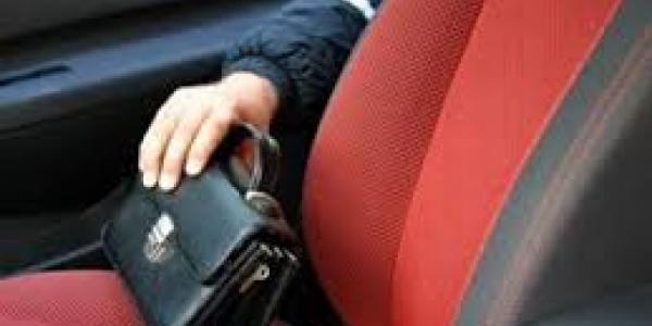 В Кременчуге злоумышленники «зачистили» салон автомобиля