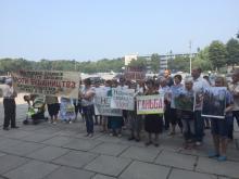 Под кременчугской мэрией пикет против строительства