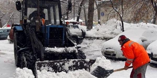 Кременчужан просят убрать машины с обочин и снег возле домов