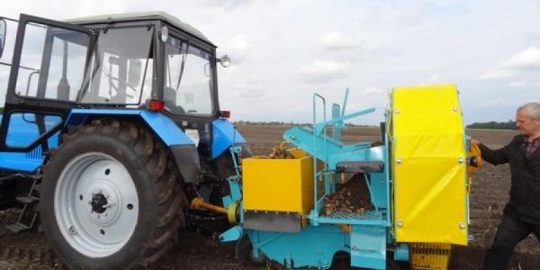 Колесный завод выпустил картофелеуборочный комбайн
