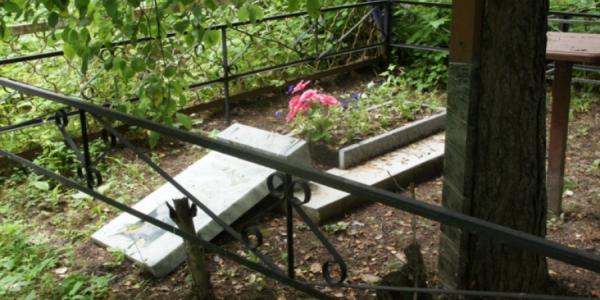 На кладбище в Кременчуге «завелись» вандалы