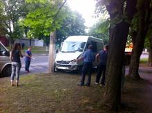 В Кременчуге из-за скользкой дороги микроавтобус врезался в столб
