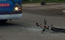 Возле завода «Кредмаш» не разминулись троллейбус и велосипедист
