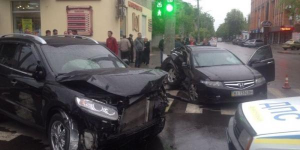 Фото: в центре города столкнулись две иномарки