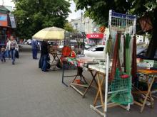 Опарышей «выселят» с тротуаров возле центрального рынка
