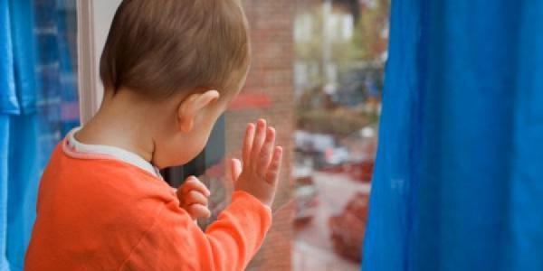 Кременчугским родителям напоминают об опасности москитных сеток