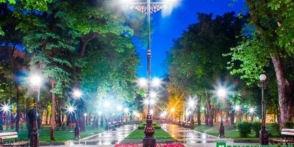 В сквере Олега Бабаева вся задержка в фонарных столбах