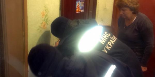 Спасатели вызволяли женщину из квартиры с трупом