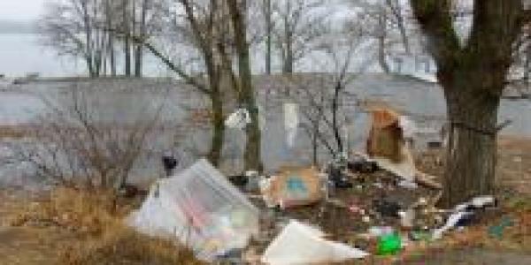 В Кременчуге возле речвокзала появился «приют» для бомжей