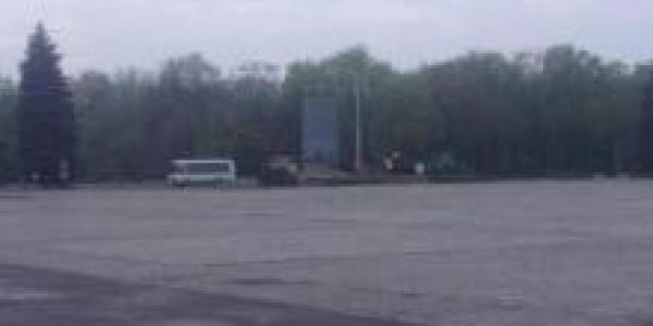 Коммунальщики возле постамента Ленина делают работу вместо Галаты