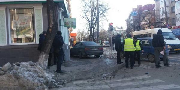 BMW в Кременчуге влетел в Сбербанк
