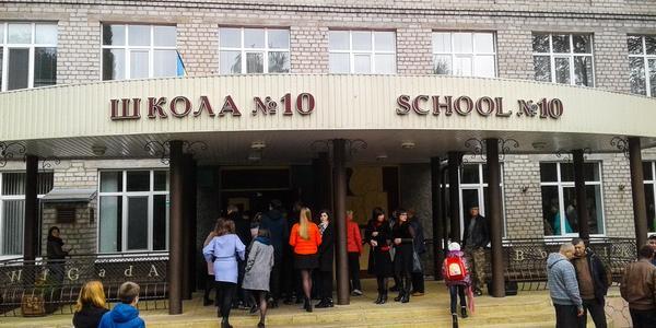 В Кременчуге у подростков возле 10-й школы забрали телефоны