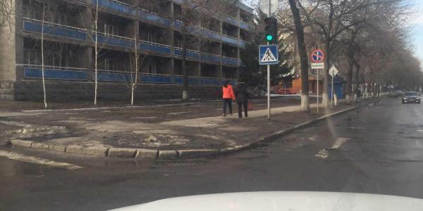 С уходом снега коммунальщики сняли целофан, которым были закрыты дорожные знаки по улице Победы