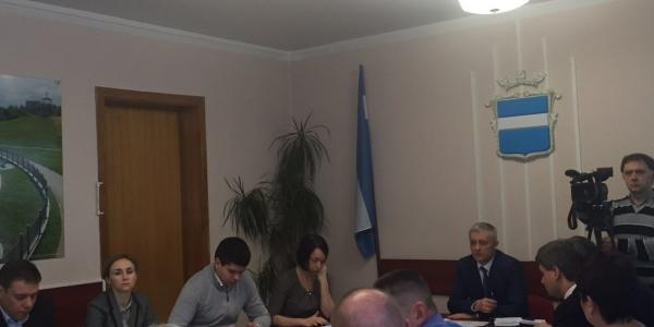 Первый вице-мэр не поднимал актуальных вопросов, как это обычно делал В.Малецкий, он еще и отказался проводить брифинг для СМИ, заявив, что спешит