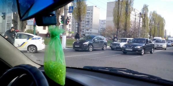 На перекрестке проспекта Леси Украинки и улицы Воинов Интернационалистов столкнулись два авто