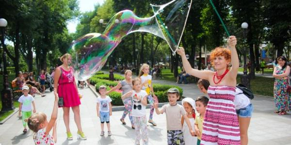Гості IV Фестивалю дворових ігор зможуть пограти із представниками заходу у м'яча, «резиночки», «класики», «настільні ігри».
