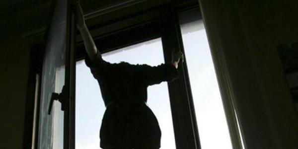 В центре Кременчуга женщина надумала прыгать из окна