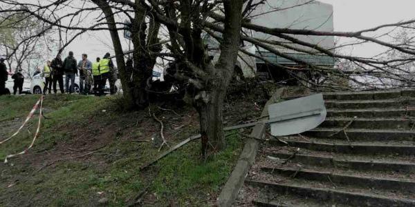На Реевке грузовик врезался в дерево на обочине
