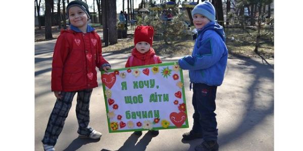 На улицах сделали 2000 фотографий жителей Кременчуга. На каждом снимке табличка с лозунгом «Я хочу, чтобы дети видели!»