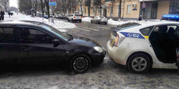 В центре Кременчуга водитель Mitsubishi «догнал» полицейский Prius