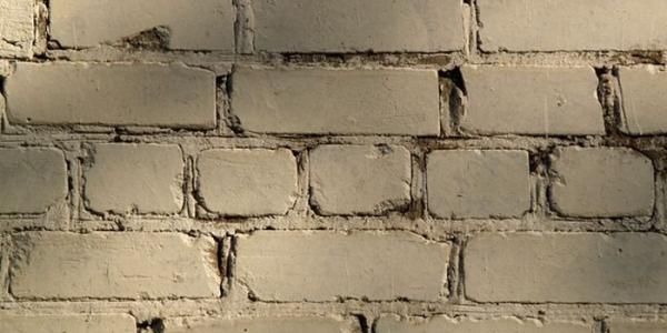 В Кременчуге воры ради колес разбили кирпичную стену