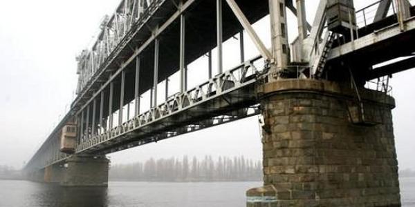 На Крюковском мосту сегодня ночью продолжат латать ямы