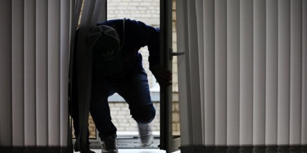 Зловмисники віджали вікно офісу в вечірній період.