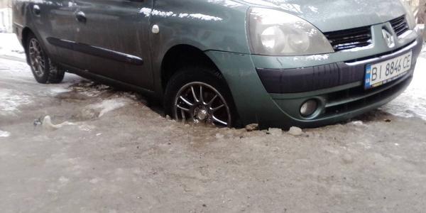 В Кременчуге ямы на дорогах латают грязью и льдом