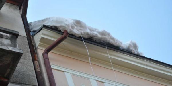 В Полтаве льдина с крыши дома упала на девушку