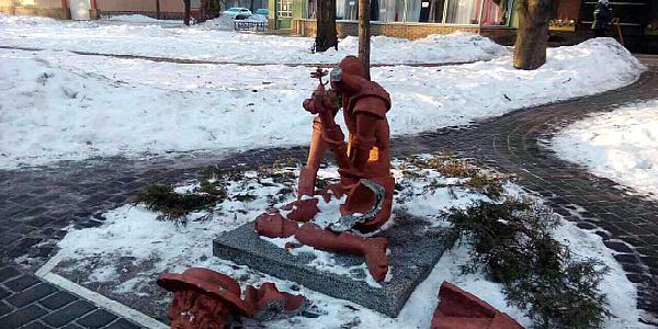 Вандалы поиздевались над кременчугской скульптурой Дон Кихота