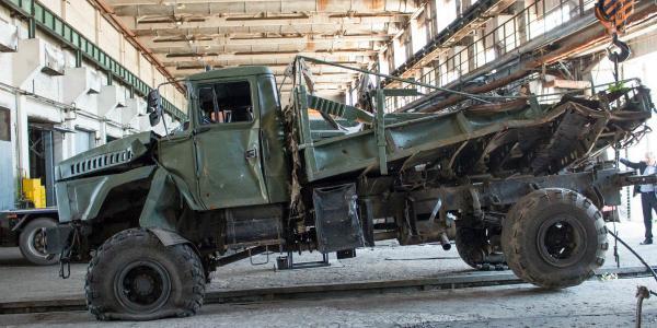 На Кременчугский автозавод привезли «раненный» при обстреле Градом КрАЗ