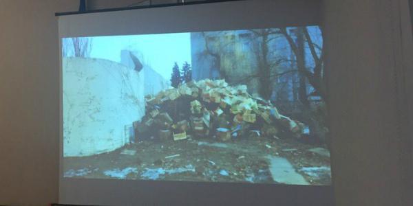 Вид из окна «крюковского генерал-губернатора»: куча деревянных ящиков на дрова