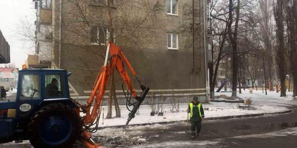 К приезду Малецкого во дворе отдельно взятого дома с тротуара оббивают даже наледь