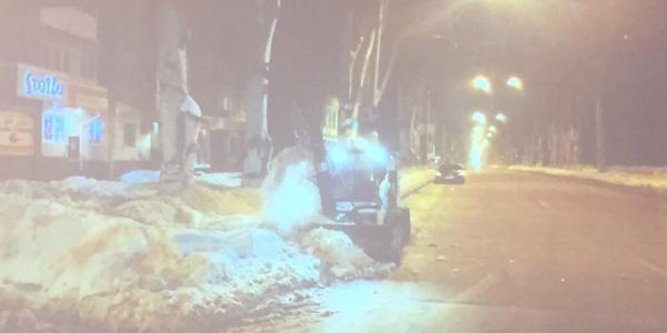 В городской администрации признали, что тротуары и придомовые территории чистят плохо