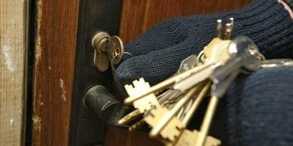 Невідомі підібрали ключ та викрали 4 тис. грн.
