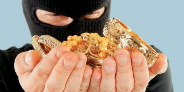 Дві золоті обручки, кошти та роутер викрали із квартири кременчужанки