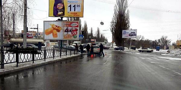 По проспекту Свободы – в районе кафе «Сказка» Citroen сбил женщину