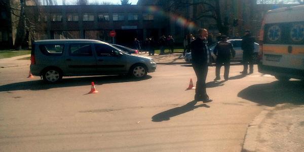 Напротив университета Renault Logan столкнулось со скутером: есть пострадавшая