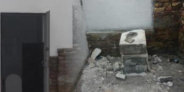 Зранку вандали підпалили оель-будиночок на місці поховання, а сам пам'ятник повністю розбили.