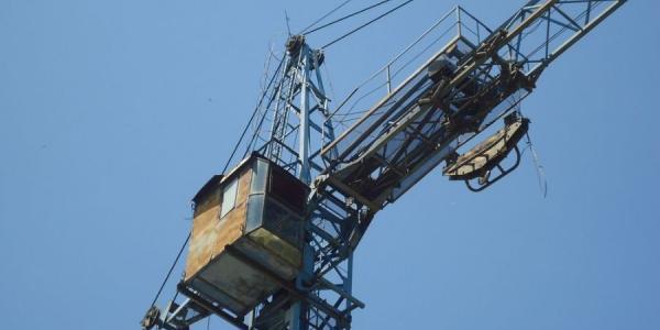 Наглые строители на Первой Занасыпи не могут вместить на площадке кран