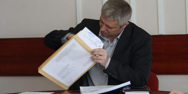 Первый зам мэра Кременчуга Владимир Пелипенко во время процедуры открытия конверта с предложениями