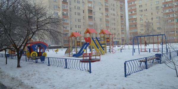 Депутати на округах: у дворі будинку В.Інтернаціоналістів, 4А  з'явився дитячий майданчик