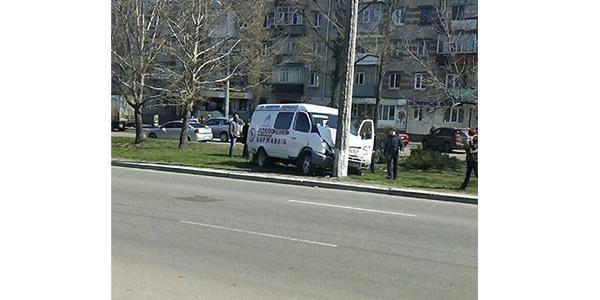 Машина «Кременчугводоканал» влетела в опору на газоне между проезжими частями дороги