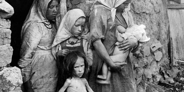 Мільйони українців вмирали на родючих чорноземах, на безмежних полях і ланах, всіяних житом і пшеницею, на дбайливо доглянутих городах з рясним врожаєм.