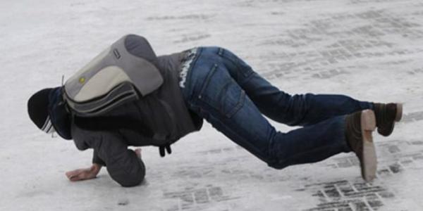Пятеро людей в Кременчуге получили травмы на скользкой дороге
